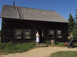 La maison est construite pi�ces sur pi�ces, � poteaux-coulisses. Ses nombreuses ouvertures sont dispos�es de fa�on rigoureusement sym�trique. Source : VHA.
